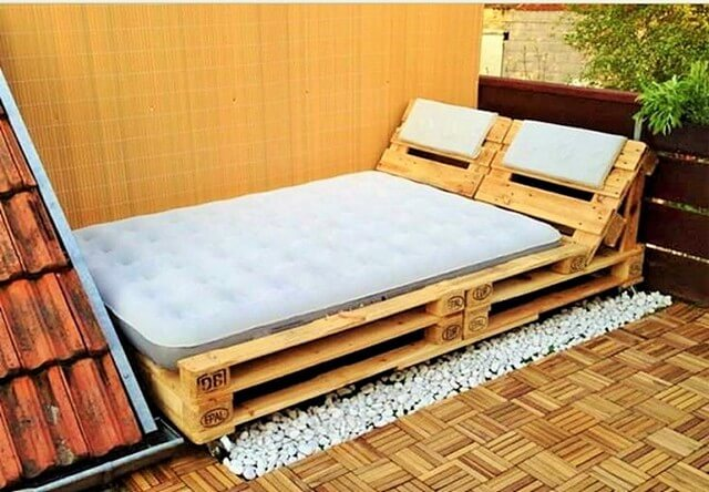 Wooden-Recycled-Pallet-Bed (2)