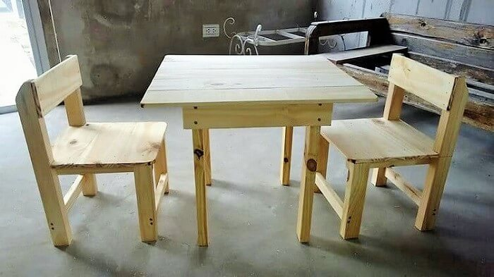 Wooden-Pallet-Table-and-Chairs
