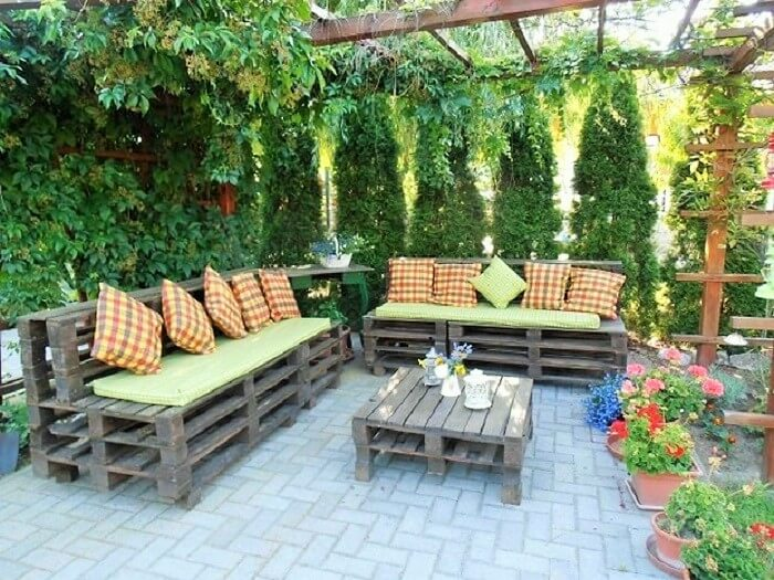 outdoor-pallet-furniture-creative-ideas-backyard-patio-painted-bench-decorated-wooden-table (2)