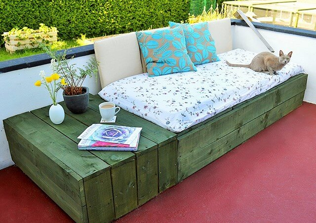 Pallet-Based-Day-Bed-For-Your-Patio (2)