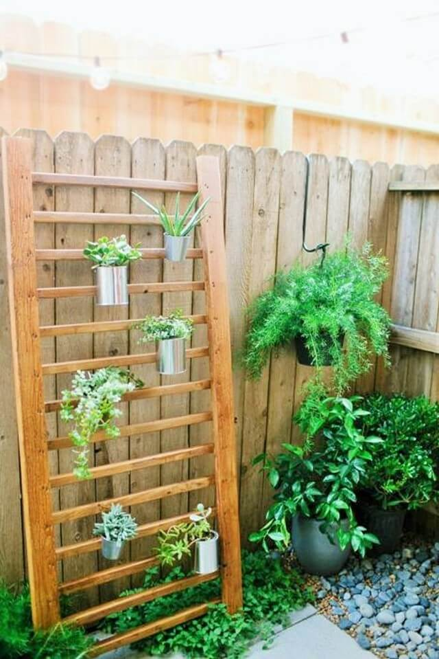 Pallets-DIY-Outdoor-Succulent-Wall-Accent-1
