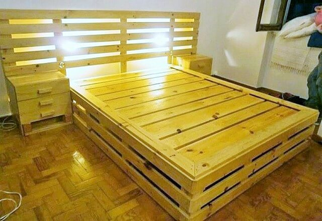Wood-Pallet-Bed-with-Headboard (2)