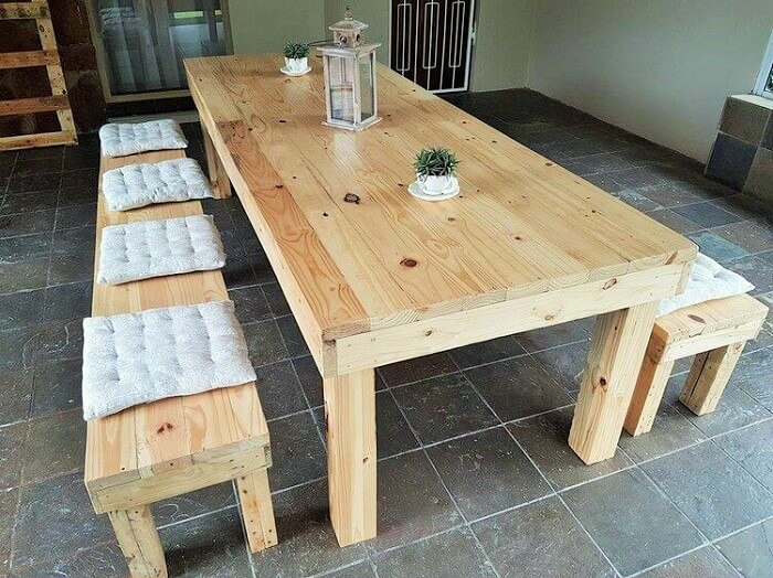 Easy-DIY-Pallet-Dining-Table-with-Stools
