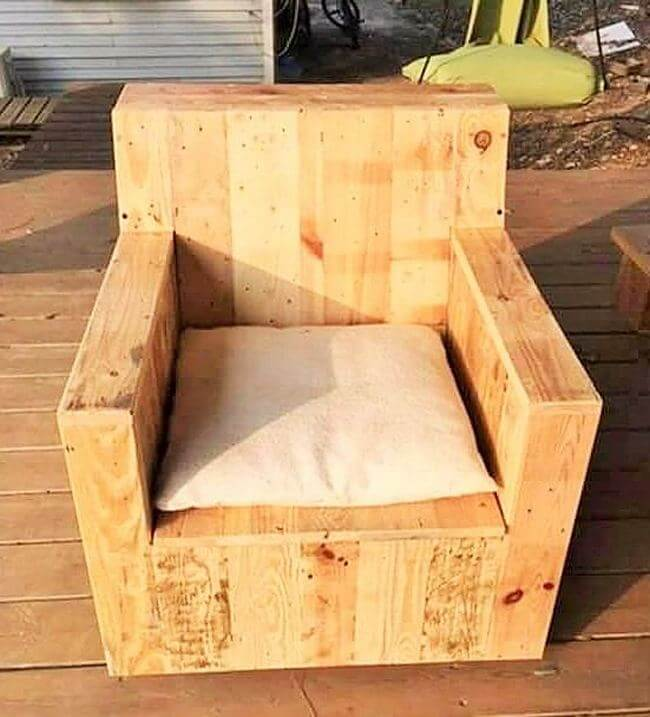 diy wooden pallet chair project 23