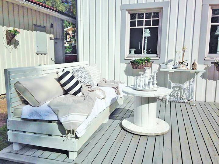 DIY-Pallet-garden-furniture-Project-03